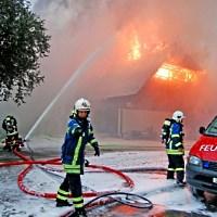 Feuerwehr beim Löschen - Paul-Georg Meister / pixelio.de