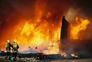 Die Feuerwehr in gefährlichem Einsatz - © saichta / pixelio.de